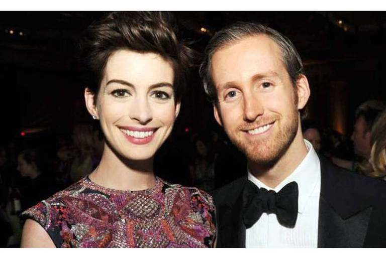 A atriz Anne Hathaway com o marido, o ator Adam Shulman.  Os dois se casaram em 201e e tem dois filhos. Adam era fã de Anne a anos
