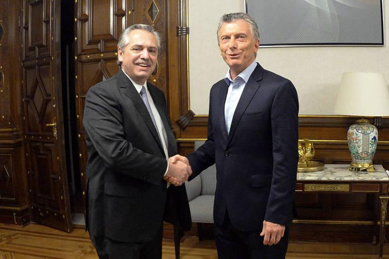 Macri e Fernández trocam sorrisos e apertos de mão no início da transição