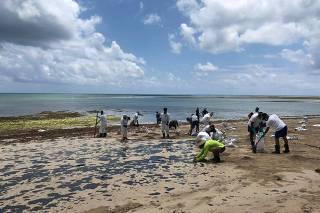 Limpeza na praia de Moreré, na ilha de Boipeba, em Cairu (BA)