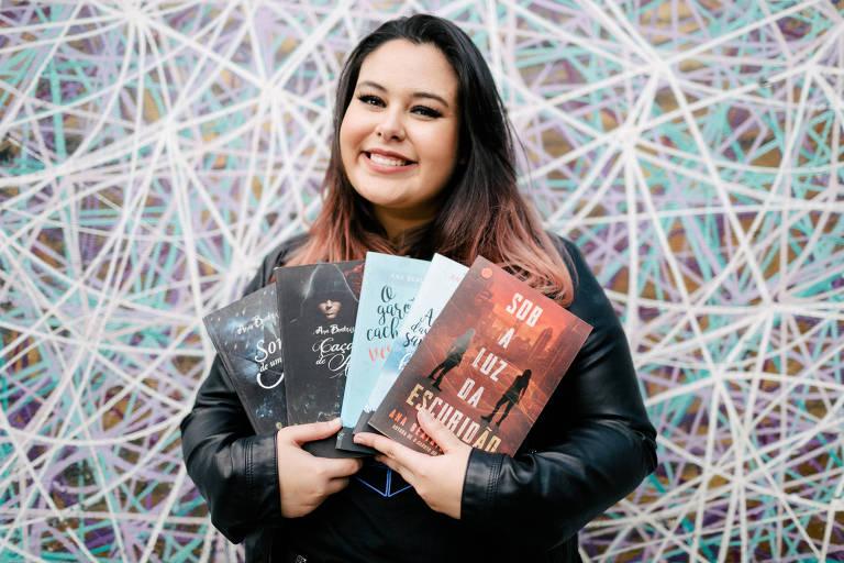 Ana Beatriz Brandão Escritora, 20; é autora, entre outros, de 'O Garoto do Cachecol Vermelho' e 'A Garota das Sapatilhas Brancas' (ed. Verus)