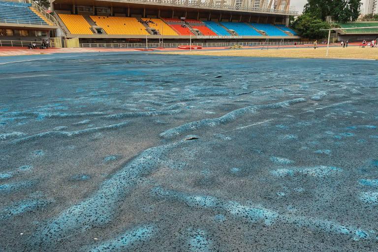 Trecho da pista de atletismo do Conjunto Desportivo Constâncio Vaz Guimarães (onde fica o ginásio do Ibirapuera), que apresenta problemas como bolhas e buracos