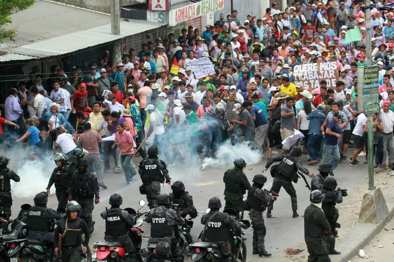 Policiais lançam gás lacrimogêneo em confronto entre apoiadores de Evo Morales e do opositor Carlos Mesa, durante greve geral em Santa Cruz de la Sierra