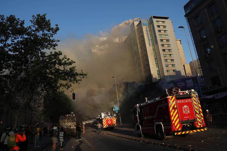 Bombeiros combatem incêndio em centro comercial em Santiago, no Chile