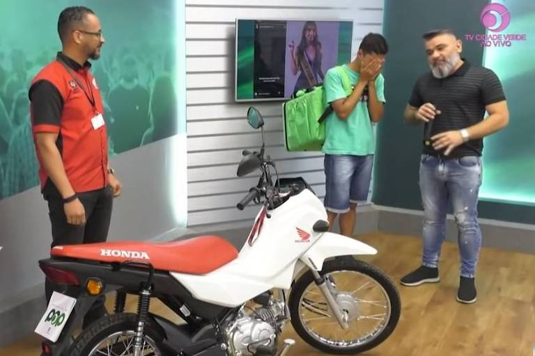 Rapaz ganha moto após ser ridicularizado por Miss