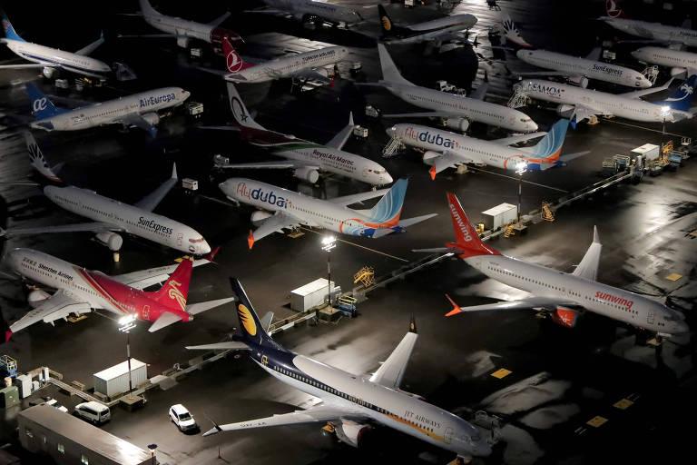 Aviões enfileirados em pátio