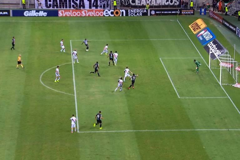 Bergson adiantado no lance em que o Ceará empatou o jogo contra o Vasco; o VAR mostrou o impedimento, mas os árbitros validaram o gol