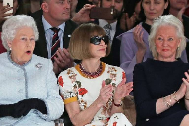 Estilista e costureira Angela Kelly (de preto, à dir.) se tornou amiga da rainha Elizabeth 2ª