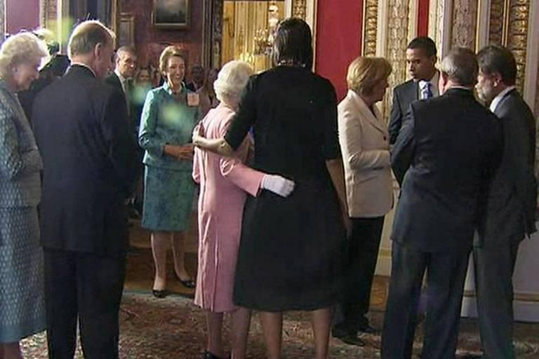 Rainha Elizabeth 2ª retribui abraço de Michelle Obama, em abril de 2009