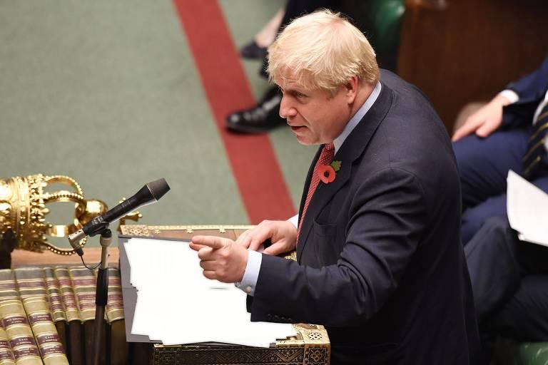 O premiê Boris Johnson discursa durante a sessão desta terça (29) no Parlamento britânico