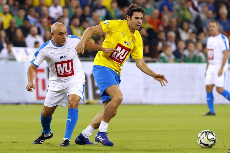 Kaká se livra da marcação do israelense Moshe Sinai durante o 'Shalom Game'