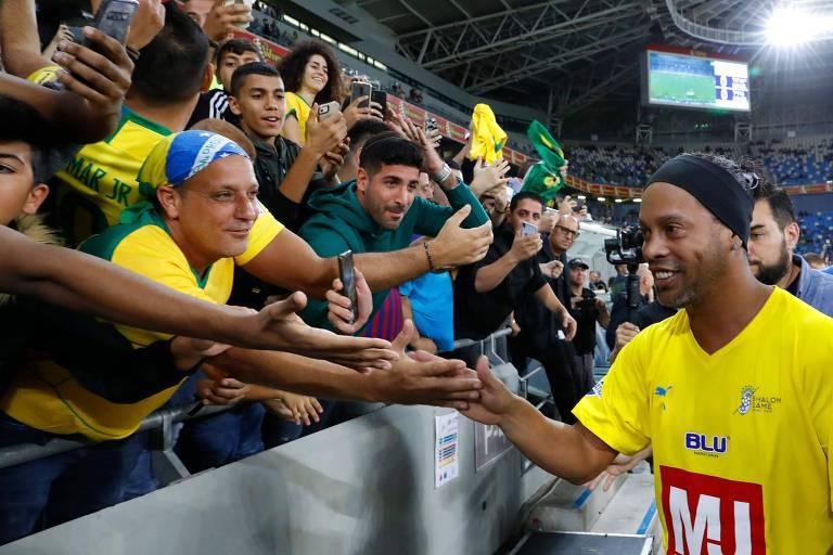 Ronaldinho Gaúcho cumprimenta torcedores durante partida em Israel