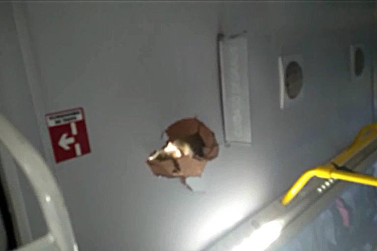 Vândalos atacam ônibus do Fura-Fila com pedras no centro