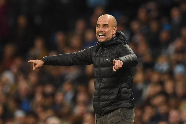 Guardiola passa instruções para seus jogadores do Manchester City; o técnico possui um estilo de jogo característico