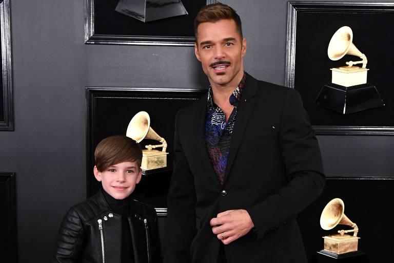 O cantor Ricky Martin com um de seus filhos no evento do Grammy em Los Angeles