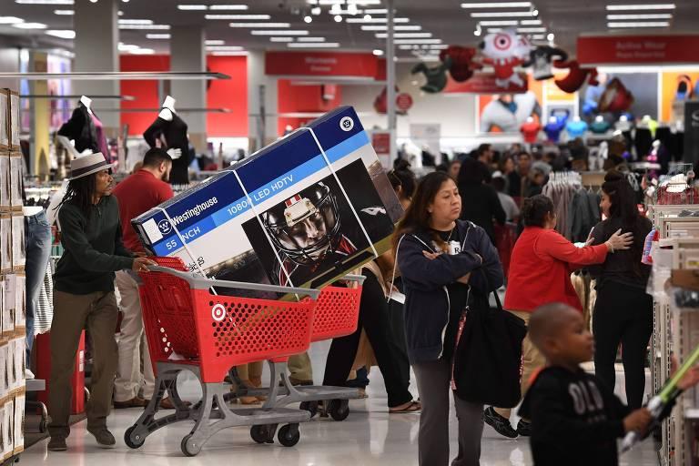 Americanos fazem compras em loja durante Black Friday