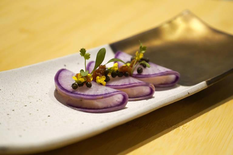 Pargo marinado no misso com rabanete, mini alcaparras, umenoshi e azeite do Murakami