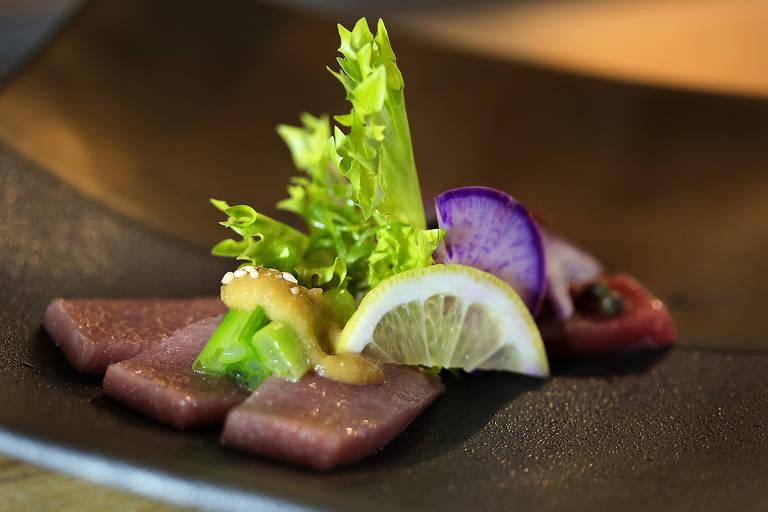 Atum bluefin servido em duo com missô e umeboshi (conserva de uma espécie de ameixa) no menu do restaurante Murakami, novo restaurante de Tsuyoshi Murakami