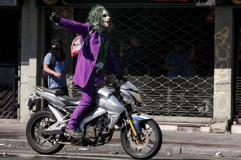 Manifestante vestido de Coringa participa de protesto contra o governo chileno em Valparaíso