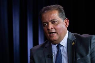O senador Eduardo Gomes (MDB-TO), em entrevista no estúdio da Folha e do UOL em Brasília
