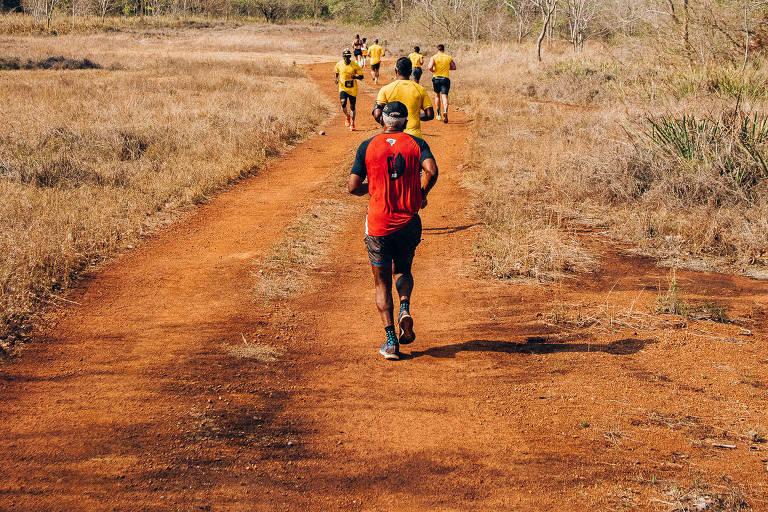 Participantes da corrida de 21 km, na APA Baía Negra, em Ladário (MS)