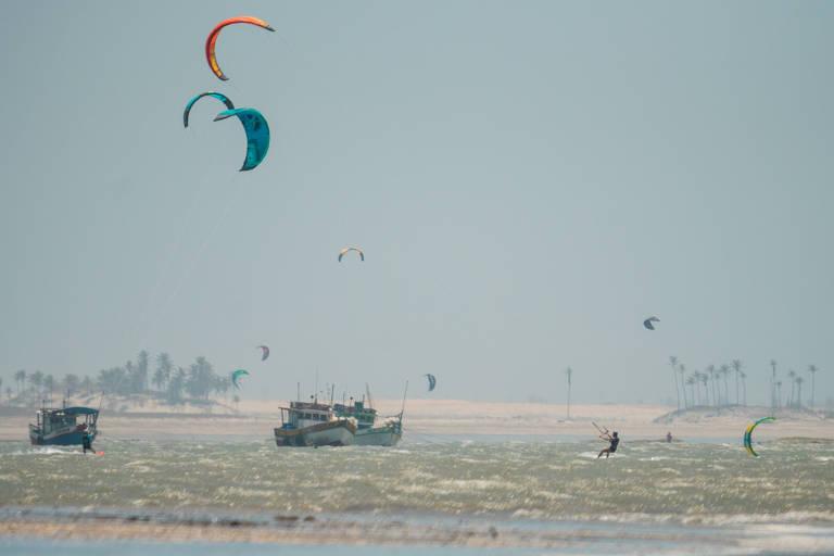 Repórter engole muita água e fica em posição fetal para domar o kitesurfe