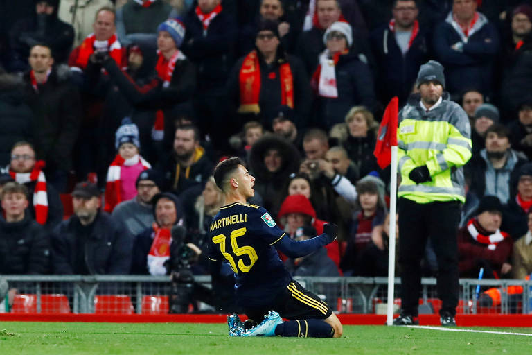 Gabriel Martinelli comemora gol contra o Liverpool pela Copa da Liga Inglesa