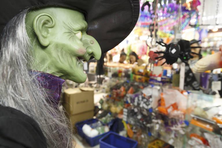Clientes lotam lojas da 25 de Março por causa do Halloween