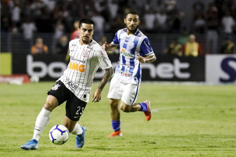 Fagner se livra de Apodi, atacante do CSA, que foi um tormento para o Corinthians no estádio Rei Pelé