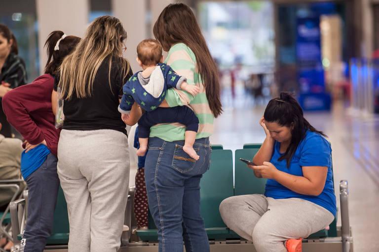 Brasileiros deportados dos EUA encontram familiares