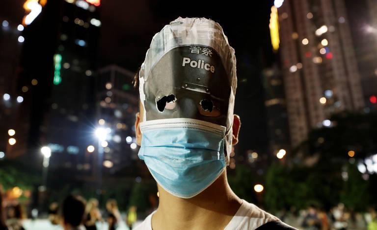 Polícia de Hong Kong confronta manifestantes em noite de Halloween
