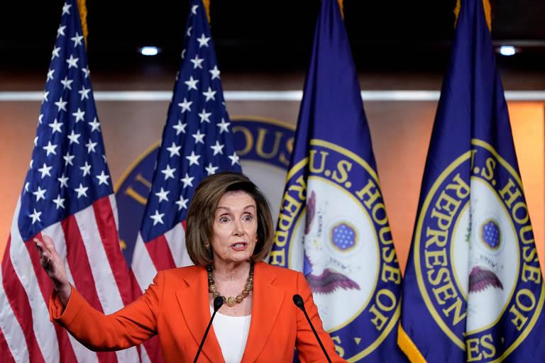 A presidente da Câmara, a democrata Nancy Pelosi, em encontro com a imprensa em Washington antes de votação