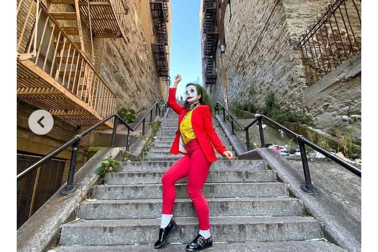 Fã se veste de Coringa e dança na mesma escadaria em que a cena do longa foi feita