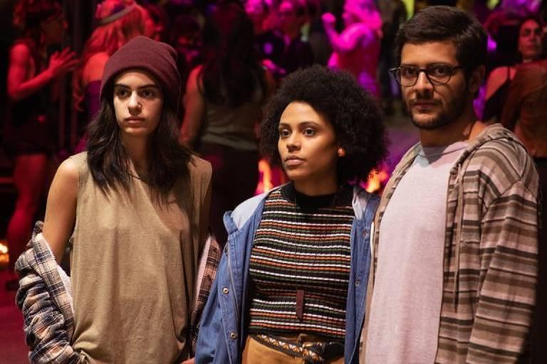 """Rafa (Clara Gallo), Vini (Kelner Macêdo) e Maia (Juliana Gerais) de """"Todxs Nós"""" (HBO)"""
