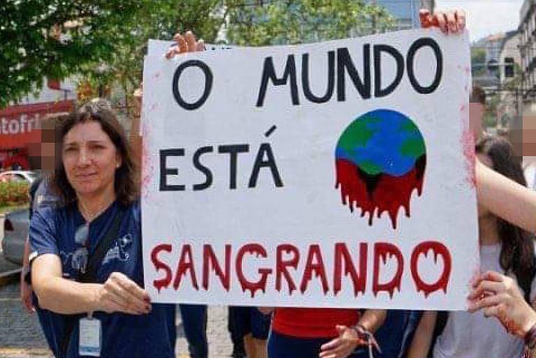 Cartaz de estudante em atividade do Colégio Anchieta, em Nova Friburgo (RJ)