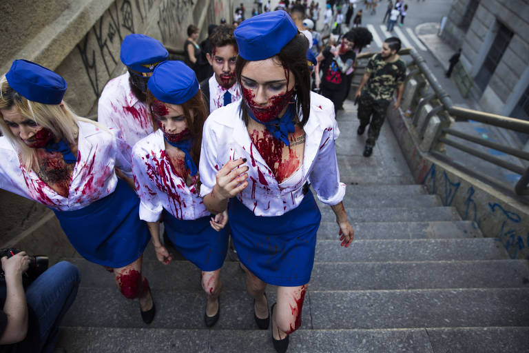 Público fantasiado que participa da Zombie Walk no centro de São Paulo