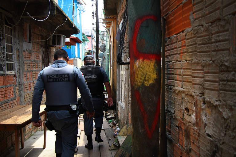 Policiais realizam operação no bairro de Manaus onde 17 pessoas foram mortas pela Polícia Militar