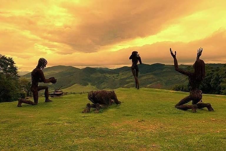 As esculturas gigantes que fizeram sucesso no festival de Burning Man, nos Estados Unidos, compõem uma galeria a céu aberto na reserva que forma a Comuna do Ibitipoca, em Minas