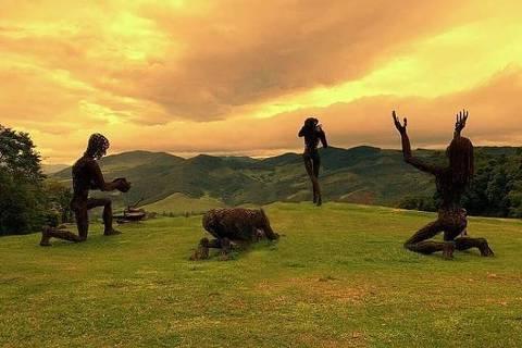 estátuas burning man ibitipoca