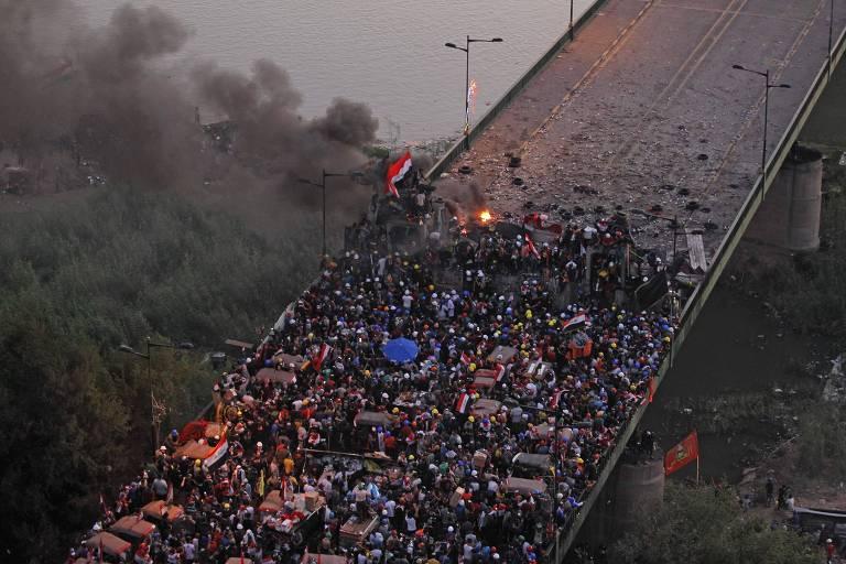 Manifestantes iraquianos protestam na ponte al-Jumhuriya, em Bagdá