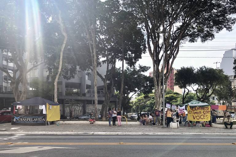 Ativistas contra e a favor do aborto dividem praça em frente a hospital