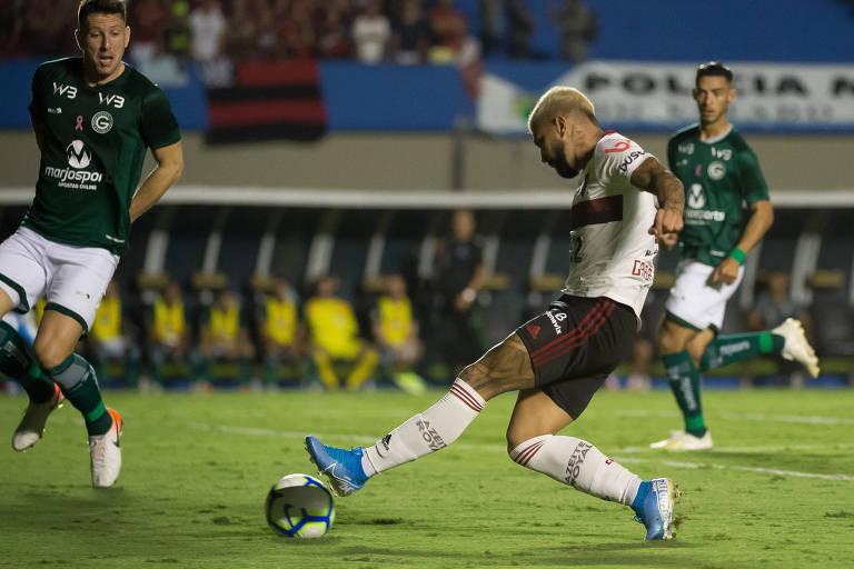 Gabigol chuta para marcar o primeiro gol do Flamengo no empate por 2 a 2 com o Goiás, no estádio Serra Dourada, pelo Campeonato Brasileiro