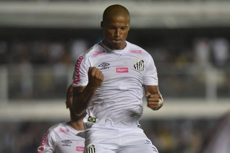 O volante Carlos Sánchez comemora o seu gol
