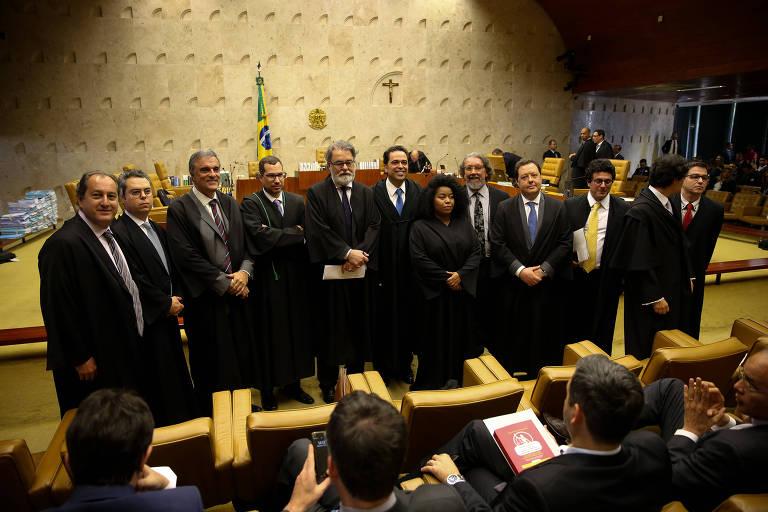 A advogada Silvia Souza, 35, em meio a colegas antes do início do julgamento no Supremo Tribunal Federal sobre a prisão em segunda instância, em 17 de outubro