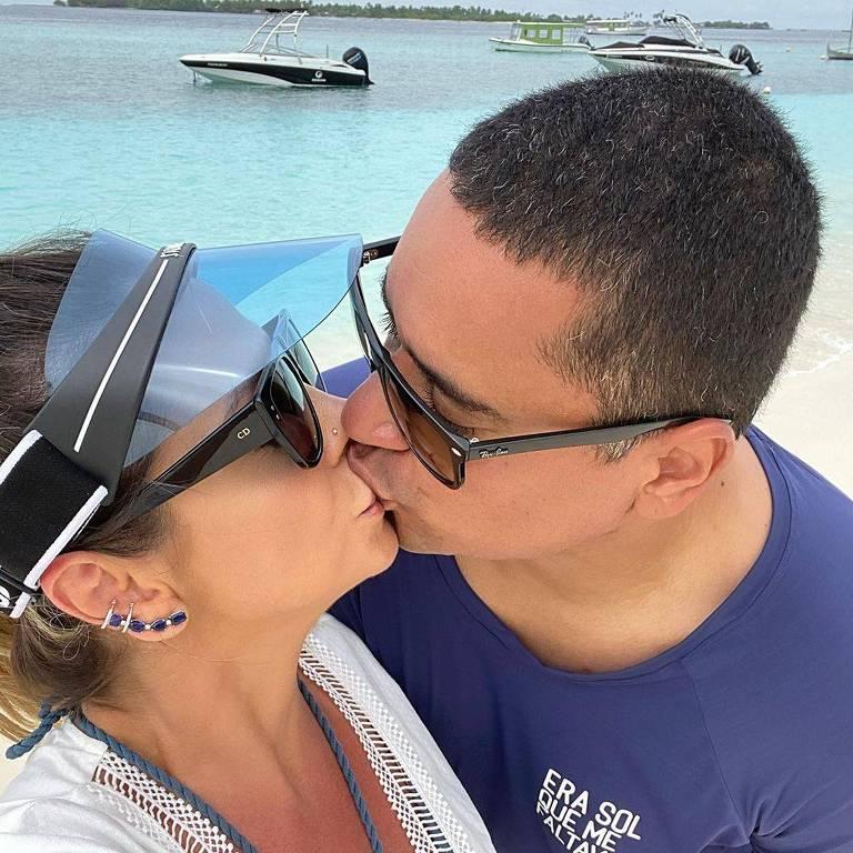 Carla Perez e Xanddy comemoram 20 anos de união aos beijos nas Maldivas