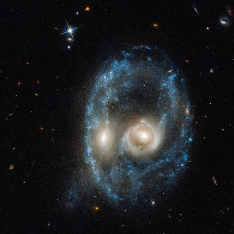 Visto na imagem captada pelo telescópio Hubble, o Arp-Madore 2026-424 tem aparência assustadora