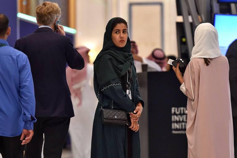 Mulheres vestindo abayas participam da Iniciativa de Investimento Futuro, em Riad