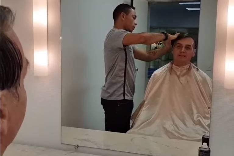 Bolsonaro tem o cabelo cortado em live nas redes sociais nesta sexta (1º)