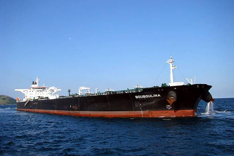 Bouboulina, navio petroleiro operado por empresa grega é suspeito de derramar o óleo que atinge o Nordeste, segundo a PF