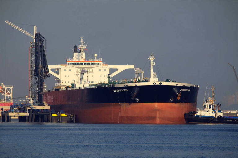 Boubolina, navio petroleiro operado por empresa grega é suspeito de derramar o óleo que atinge o Nordeste, segundo a PF