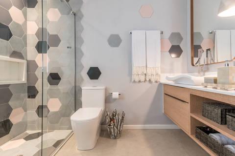 Para quem está reformando o banheiro, as arquitetas Micheli Marques e Danielle David sugerem que as sobras de peças de cerâmica aplicadas na área do box sejam salpicadas nas demais paredes